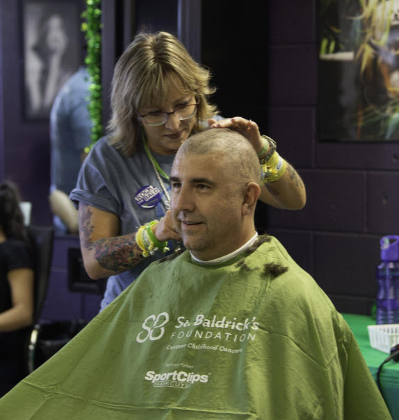 El Departamento de Policía de Fountain patrocinó a Scott Gilbertsen, quien se había afeitado la cabeza con Jenn Andersen, el sábado en Jimmy's Tavern en Pueblo West para recaudar fondos para la Fundación St. Baldrick. [FOTO PRINCIPAL / ZACHARY ALLEN]